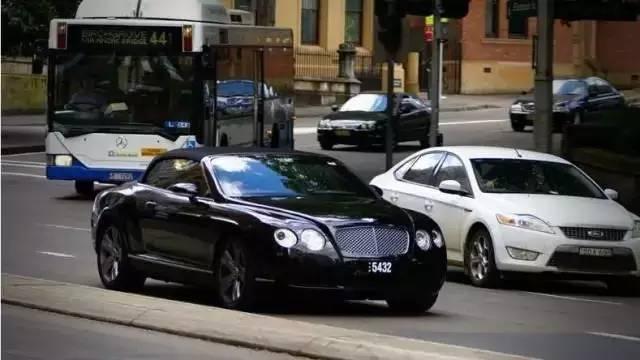 在澳洲开宝马给丰田让路