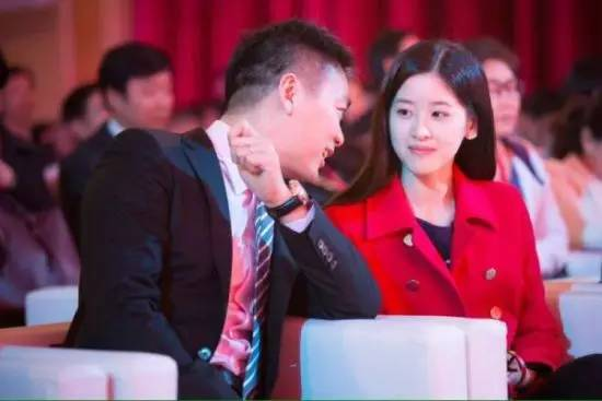 奶茶妹与京东总裁结婚